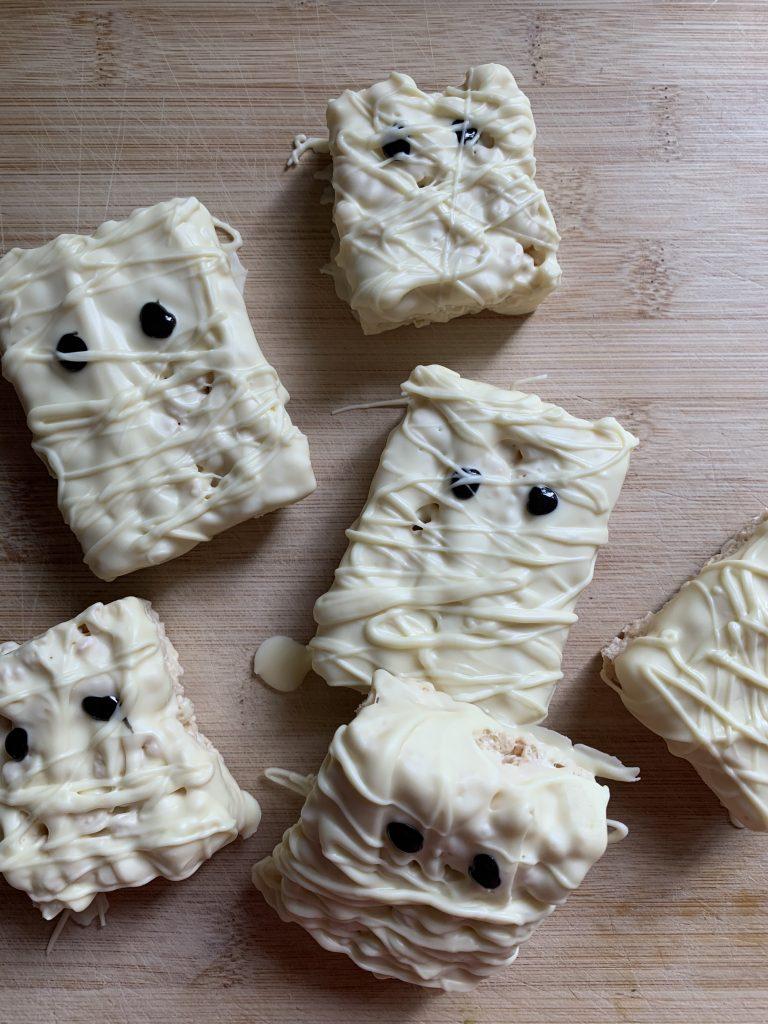Easy Halloween rice krispie treats!